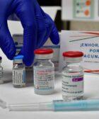 mano sobre vacunas